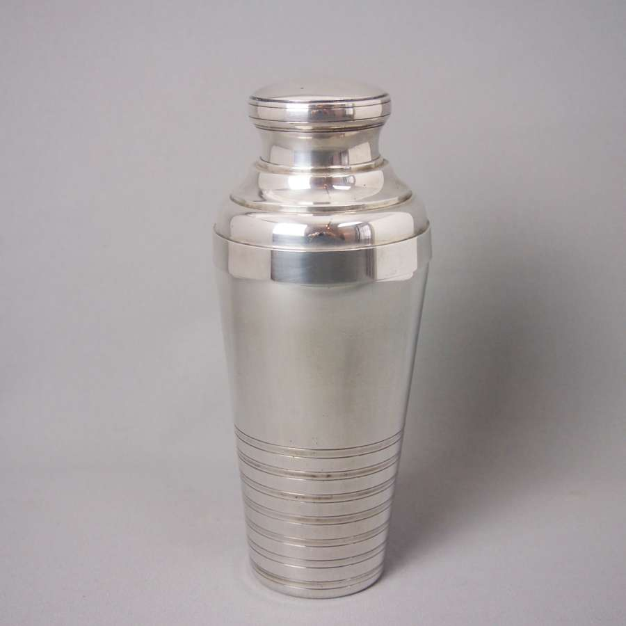 Vintage shaped deco cocktail shaker. W8493